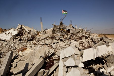 Palestinian flag flies over the rubble of a Gaza neighbourhood after Israeli bombardment 2014 (photo Antonio Olmos)