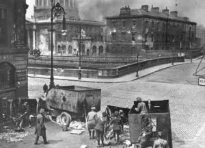 Bombardeo por el ejército del nuevo estado de Irlanda en el 1922 contra los Four Courts, la guarnición general de los Republicanos, empezando la Guerra Civil de Irlanda.