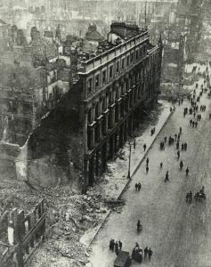 El Hotel Metropole en O'Connell Street, la calle principal de Dublín. después del bombardeo británico de 1916.  Estaba situada donde hoy en día están las tiendas Penney's y Eason's.