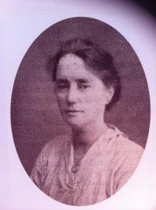 Elizabeth O'Farrell, republicana irlandesa, fue una de los ocupantes de la hilera de Moore Street en los últimos días del Alzamiento y salió bajo bandera blanca dos veces para negociar con los militares británicos.