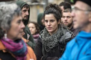 Jone Amezaga surrounded by supporters in Gernika prior to police raid