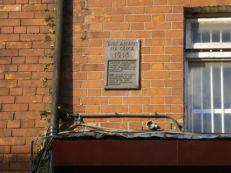 La placa en número 16, lo único que indica la historia de la hilera en Moore Street