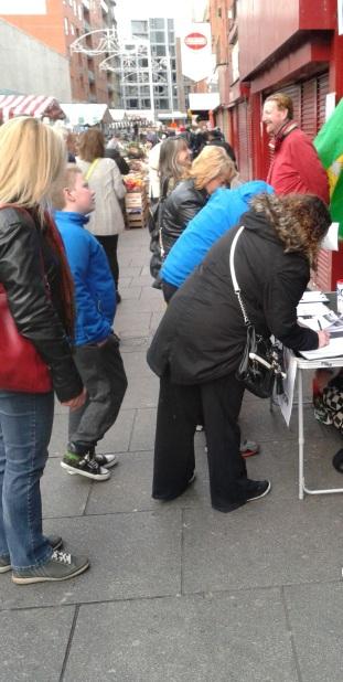 Gente firmando la petición presentado cada sábado por el grupo Save Moore Street from Demolition