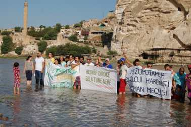 Locals, probably mostly if not all Kurds, protest at the Hasankeyf site