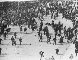 La carga policial contra los manifestantes y transeúntes en la Calle O'Connell en el 31 Agosto 1913/ DMP attack on demonstrators and passers-by on 31st August 1913 in Dublin's O'Connell Street