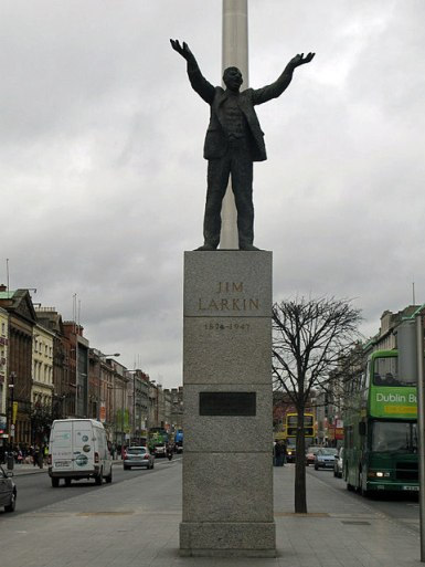 The Jim Larkin monument in O'Connell Street today/ El monumento de Jim Larkin in la Calle O'Connell hoy en día