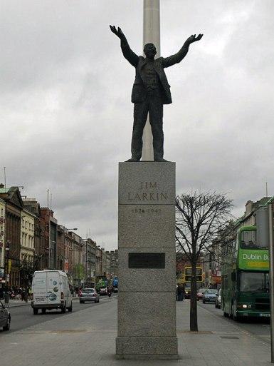 The Jim Larkin monument in O'Connell Street today/ El monumento de Jim Larkin in la Calle O'Connell hoy en día