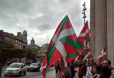 A number of the Basque flag, the Ikurrina, flying in Dublin during a solidarity protest. (Photo: D.Breatnach)