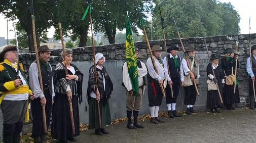 line-enniscorthy-group-at-monument