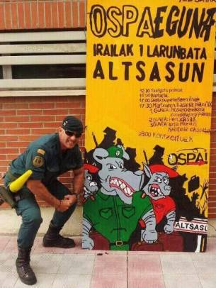 Guardia Civil has his photo taken mocking an event organised by the anti-repression organisation Ospa Mugimendua. (Source: Basque contacts).