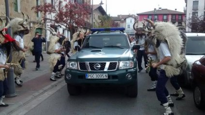Guardia Civil provocatively driving through an Abertzale Left demonstration. The people in costume are Zapantzarak, traditional performers particularly in Spring festivals but often participating in Abertzale Left events also. (Source: Basque contacts).